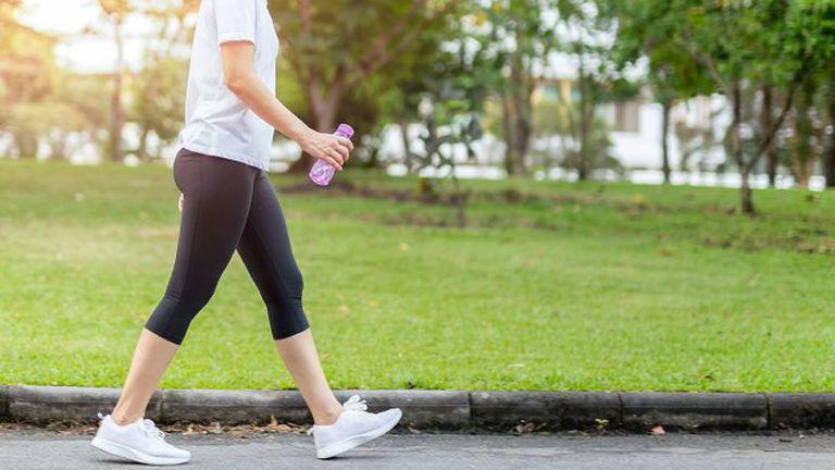 Đi bộ tốt cho sức khỏe, nhưng người mắc bệnh này cần hạn chế kẻo hỏng hết xương khớp